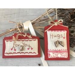 """The Bee Company : Kit de point de croix- 2 mini étiquettes """"Hugs"""""""